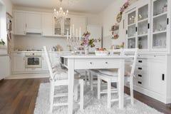 близкий cutlery обедая круглый стол комнаты стекел вверх стоковые фото