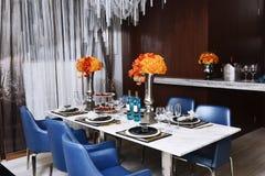 близкий cutlery обедая круглый стол комнаты стекел вверх Стоковые Изображения