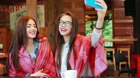 2 близкого друга делают selfie в кафе видеоматериал