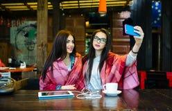 2 близкого друга делают selfie в кафе Стоковая Фотография