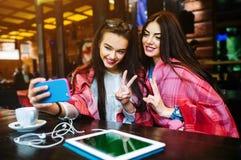 2 близкого друга делают selfie в кафе Стоковая Фотография RF