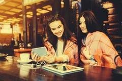 2 близкого друга делают selfie в кафе Стоковое фото RF