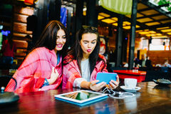 2 близкого друга делают selfie в кафе Стоковые Изображения