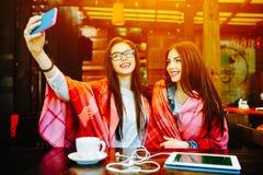 2 близкого друга делают selfie в кафе Стоковое Фото