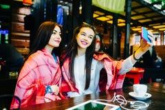 2 близкого друга делают selfie в кафе Стоковые Изображения RF