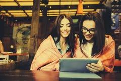 2 близкого друга наблюдая что-то на таблетке Стоковое Фото
