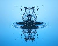 близкое падение вверх по воде Скульптура воды Стоковое Изображение RF