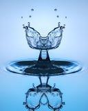 близкое падение вверх по воде Скульптура воды Стоковая Фотография