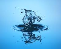 близкое падение вверх по воде Скульптура воды Стоковое фото RF