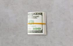 Близкое uop пакета денег доллара связанного с резиной Стоковые Фотографии RF