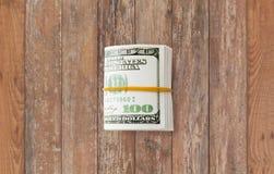 Близкое uop пакета денег доллара связанного с резиной Стоковое фото RF
