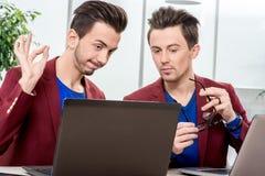 2 близнеца братьев работая на офисе Стоковое Изображение RF