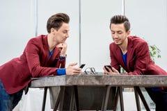 2 близнеца братьев работая на офисе Стоковые Изображения