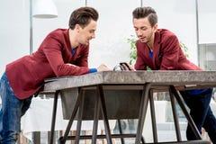 2 близнеца братьев работая на офисе Стоковые Фотографии RF