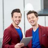 2 близнеца братьев работая на ресторане Стоковая Фотография