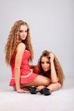 2 близнеца девушек, изолированного на серой предпосылке Стоковое Изображение