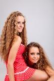 2 близнеца девушек, изолированного на серой предпосылке Стоковые Фото