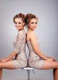 2 близнеца девушек, изолированного на серой предпосылке Стоковое фото RF