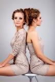 2 близнеца девушек, изолированного на серой предпосылке Стоковые Фотографии RF
