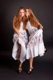 2 близнеца девушек, изолированного на черной предпосылке Стоковые Фото