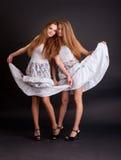 2 близнеца девушек, изолированного на черной предпосылке Стоковое Изображение