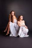 2 близнеца девушек, изолированного на черной предпосылке Стоковые Изображения RF