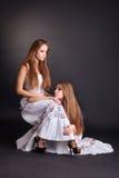 2 близнеца девушек, изолированного на черной предпосылке Стоковая Фотография