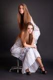 2 близнеца девушек, изолированного на черной предпосылке Стоковое фото RF
