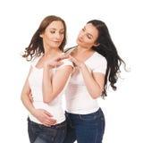 2 близнеца обнимают, усмехающся и и смотрящ один другого Стоковое Изображение