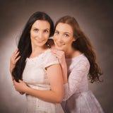 2 близнеца объятие, усмехаясь Стоковое Фото
