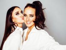 2 близнеца представлять сестер, делая selfie фото, одели такой же whit Стоковое фото RF