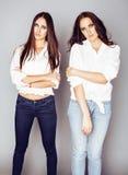 2 близнеца представлять сестер, делая selfie фото, одели такой же whit Стоковые Изображения
