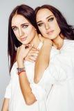 2 близнеца представлять сестер, делая selfie фото, одели такой же whit Стоковое Изображение RF