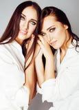 2 близнеца представлять сестер, делая selfie фото, одели такой же whit Стоковое Изображение