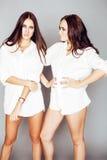 2 близнеца представлять сестер, делая selfie фото, одели такой же whit Стоковые Фотографии RF