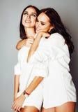 2 близнеца представлять сестер, делая selfie фото, одели такой же whit Стоковая Фотография RF