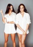 2 близнеца представлять сестер, делая selfie фото, одели такой же whit Стоковое Фото