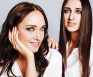 2 близнеца представлять сестер, делая selfie фото, одели такой же whit Стоковые Фото