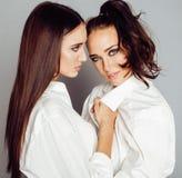 2 близнеца представлять сестер, делая selfie фото, одели такую же белую рубашку, разнообразные друзей стиля причёсок Стоковое Изображение RF