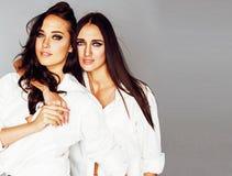 2 близнеца представлять сестер, делая selfie фото, одели такую же белую рубашку, крупный план разнообразных друзей стиля причёсок Стоковые Изображения