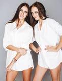 2 близнеца представлять сестер, делая selfie фото Стоковое фото RF