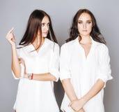 2 близнеца представлять сестер, делая selfie фото Стоковое Изображение RF