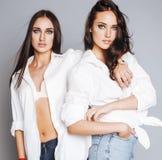 2 близнеца представлять сестер, делая selfie фото Стоковое Изображение