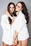 2 близнеца представлять сестер, делая selfie фото Стоковые Изображения RF