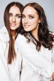 2 близнеца представлять сестер, делая selfie фото Стоковые Фото