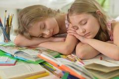 2 близнеца сестер падают уснувший Стоковые Изображения