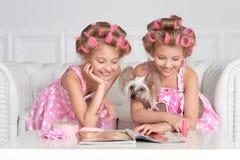 2 близнеца с их собакой Стоковые Фотографии RF