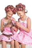 2 близнеца с их собакой Стоковое Фото