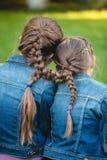 2 близнеца с связанными длинными оплетками Стоковая Фотография