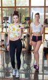 2 близнеца для того чтобы сыграть спорт в спортзале Стоковые Фотографии RF